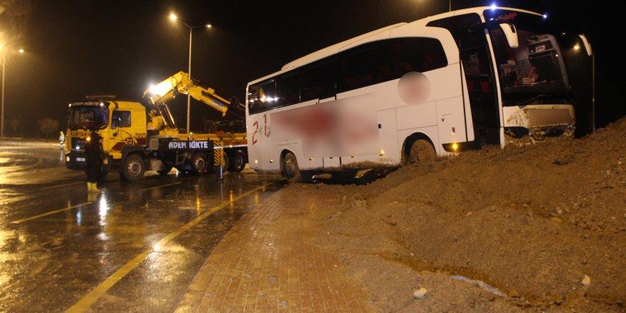 Yolcu otobüsü toprağa saplandı