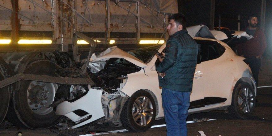 Otomobil, TIR'a çarptı: 3'ü ağır, 4 yaralı