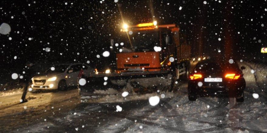 Konya'da kar yağışı trafiği olumsuz etkiledi
