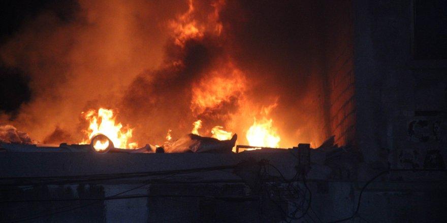 Selçuklu'da hurdalık çatısı alev alev yandı