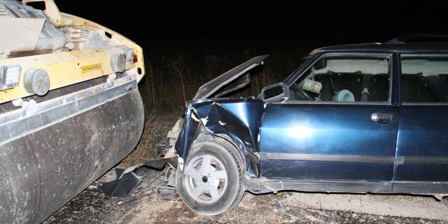Otomobil park halindeki silindire çarptı: 5 yaralı
