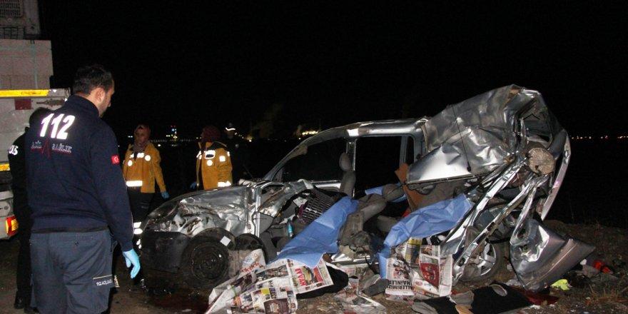 TIR'a çarpan araçtaki baba ve iki kızı öldü, anne ve diğer kızı yaralandı