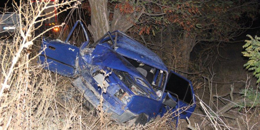 Otomobil ağaca çarptı; anne öldü, eşi ve 3 çocuğu yaralı