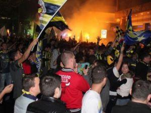 İzmir'de F.Bahçe taraftarları sokaklara döküldü