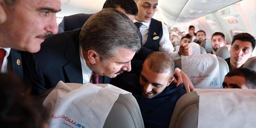 Sağlık Bakanı Koca'dan uçakta rahatsızlanan yolcuya müdahale