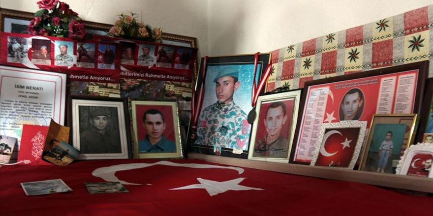 Şehit oğullarının hatırasını 23 yıldır odasında yaşatıyorlar
