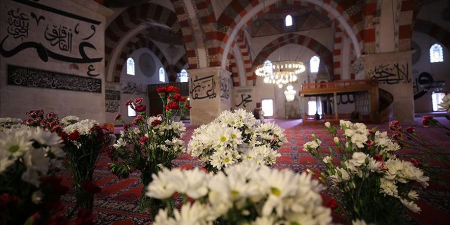 Osmanlı geleneği gereği Eski Cami çiçeklerle donatıldı
