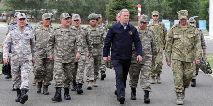 Milli Savunma Bakanı Akar ve komutanlar hudut altında