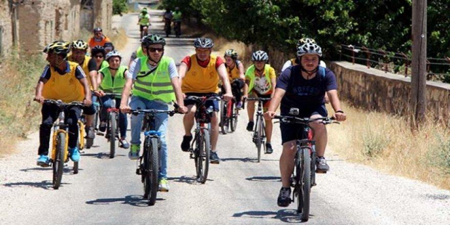 Bisikletleriyle tarihi yerleri keşfediyorlar