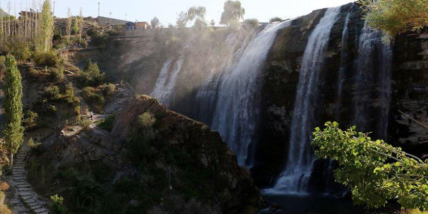 Doğa harikası 'Tortum Şelalesi' ziyaretçilerini cezbediyor