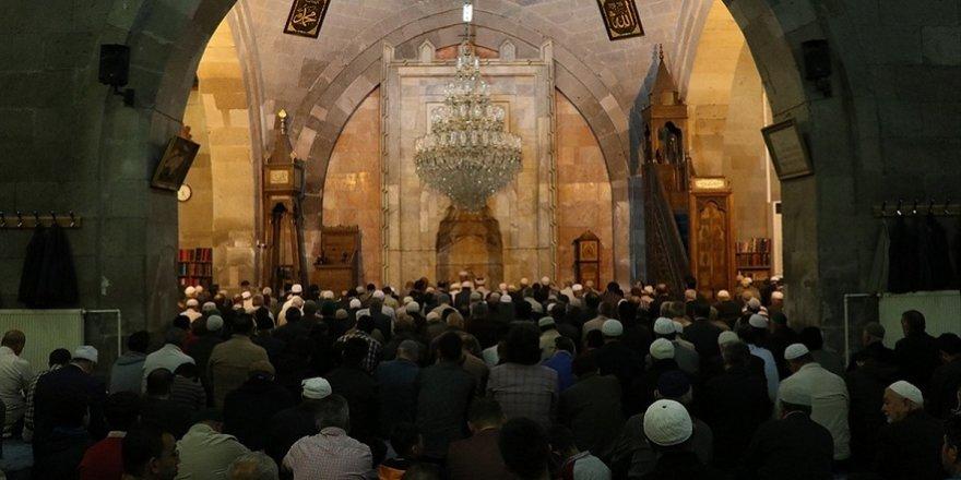 """Mehmetçik için camilerde """"zafer"""" duası ve Fetih suresi okundu"""