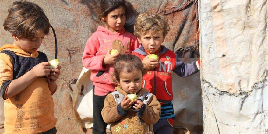 Suriye'deki çadır kentlerde 21 ton meyve dağıtıldı