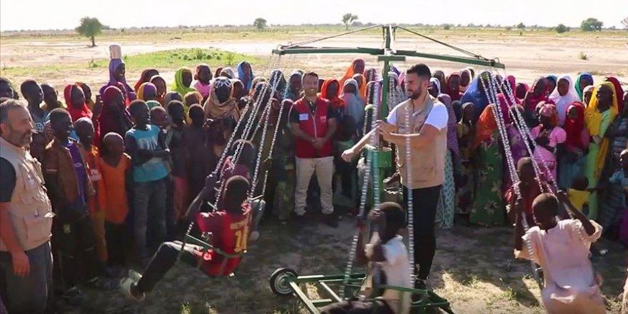 İlk kez bindikleri seyyar dönme dolap Kamerunlu çocukları sevindirdi