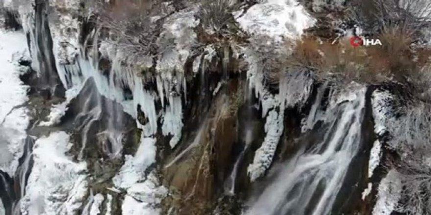 Girlevik Şelalesi Buz Tuttu, Kartpostallık Manzara Havadan Görüntülendi