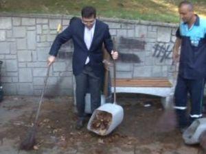 İşçilere kızan başkan çöpü kendi topladı