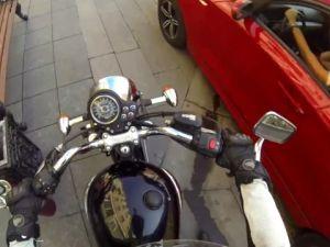 Rusya'da Yere Çöp Atanları Cezalandıran Motorcu Kız