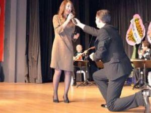 Solistten sahnede romantik evlilik teklifi